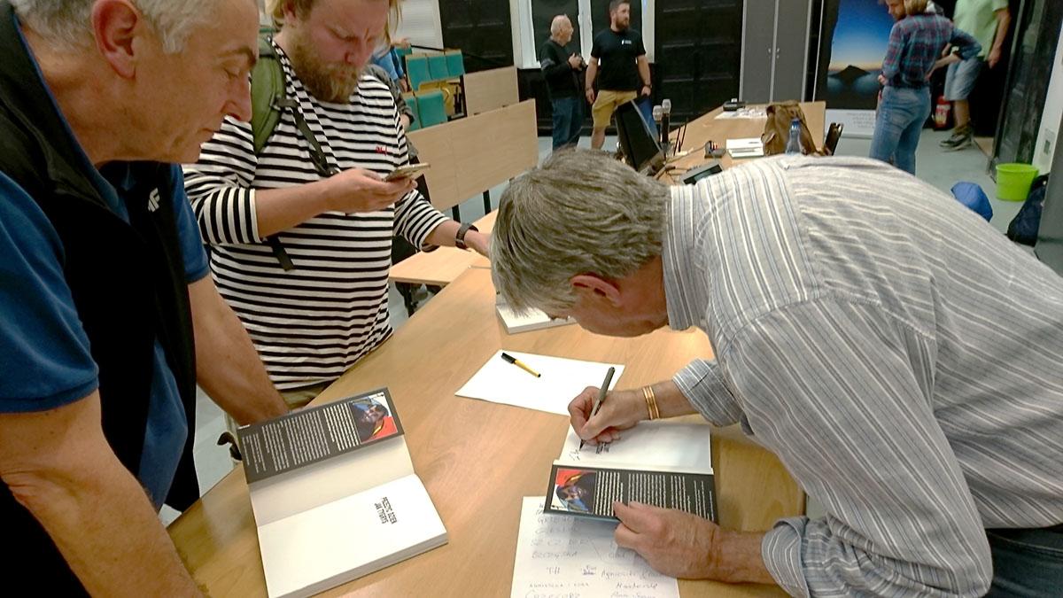 John Porter podpisuje książki