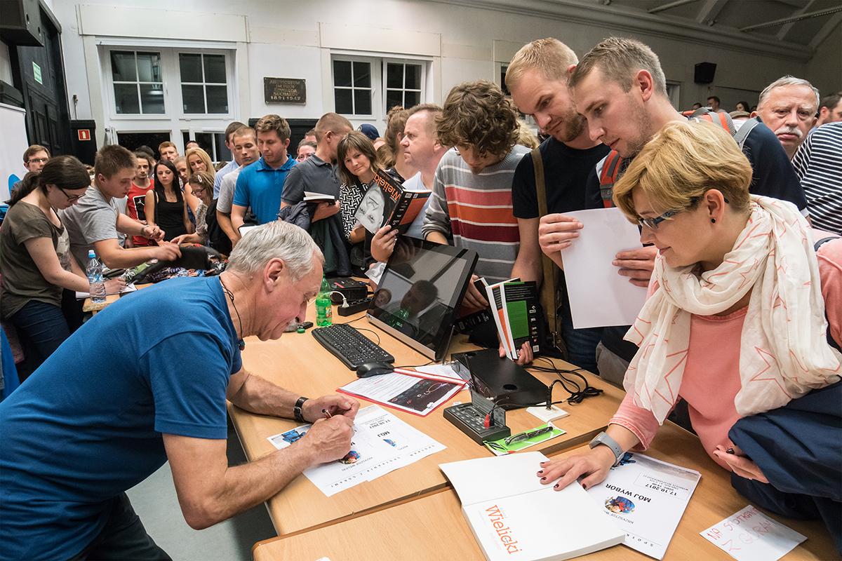 Krzysztof Wielicki rozdaje autografy