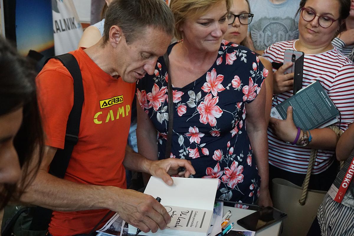 Denis Urubko rozdaje autografy