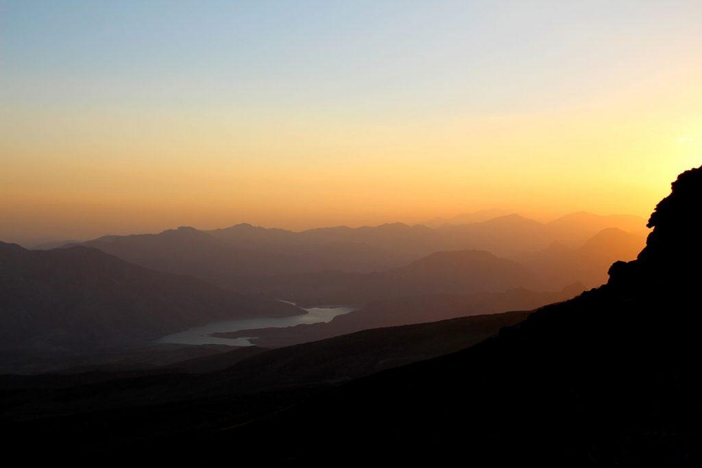 Zachodzące za górami słońce
