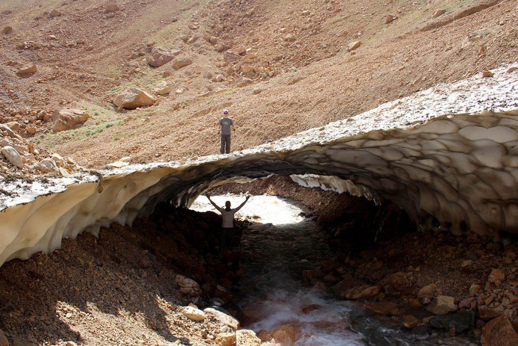 Po drodze na halę Heserchal można się natknąć na mostek śnieżny