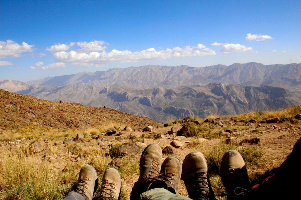 Buty trekkingowe na tle irańskich szczytów