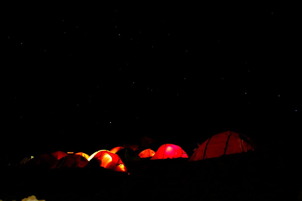 Baza pod Damawand w nocy