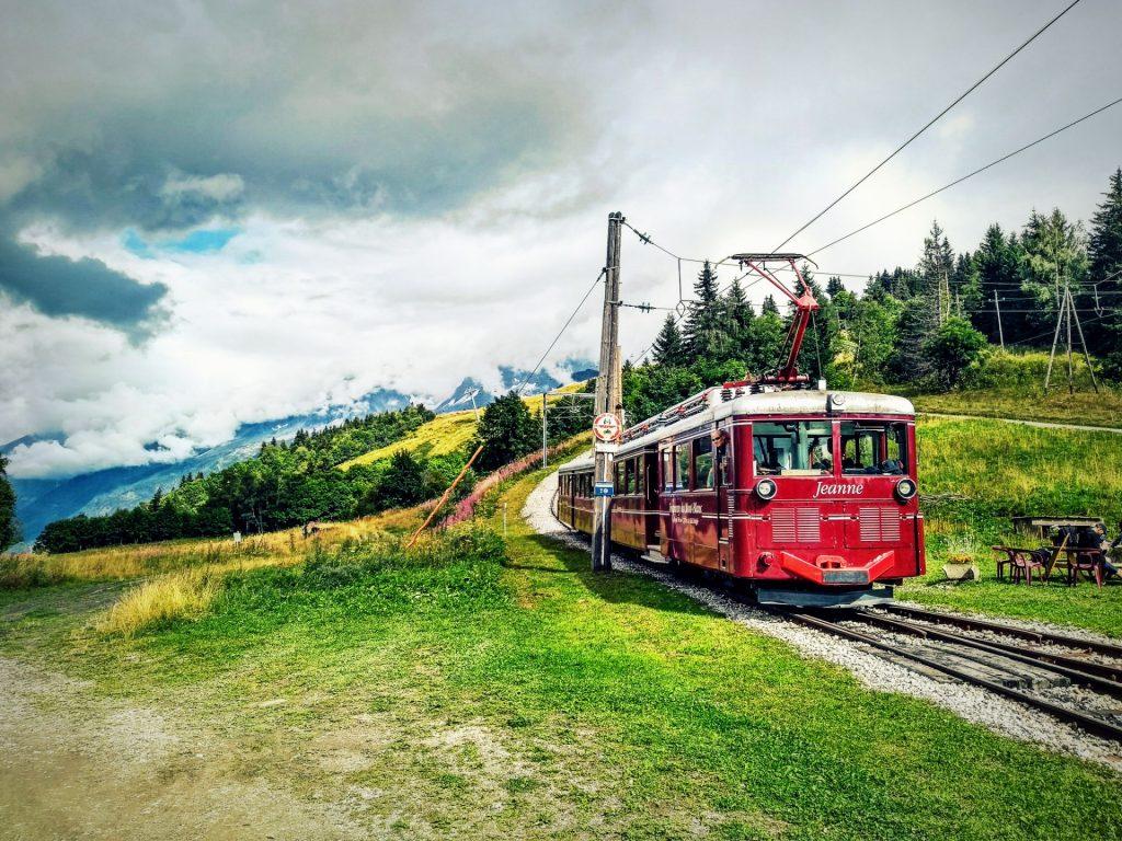 Niewielki pociąg w dolinie Chamonix