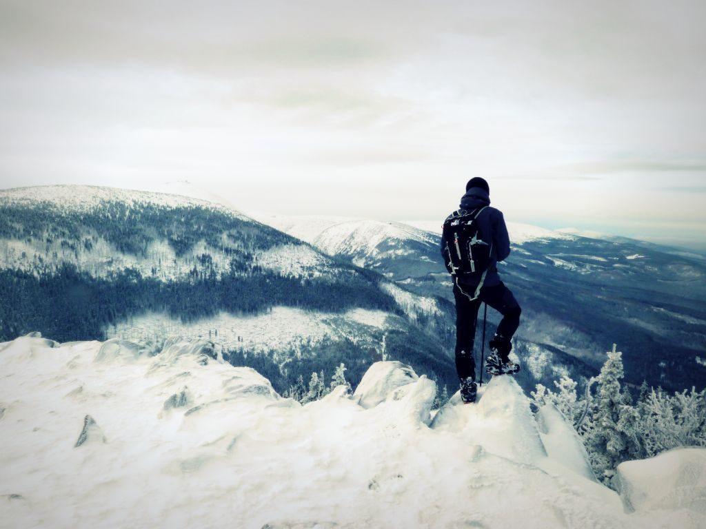 skalny stół zimą
