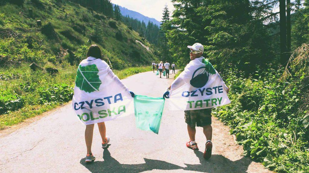 Sprzątanie śmieci w górach