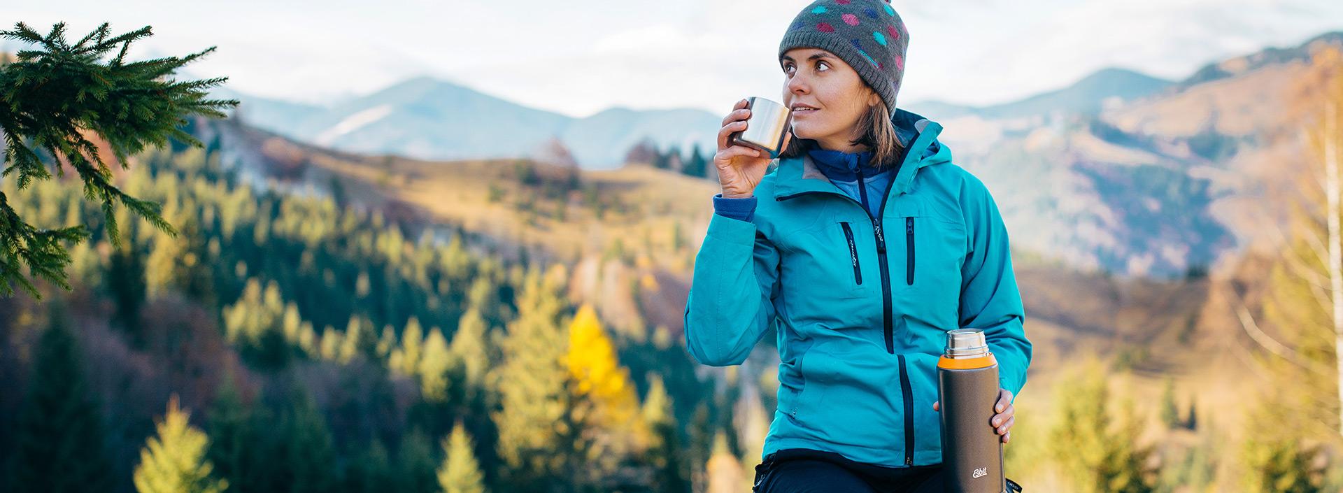 kobieta z termosem w górach