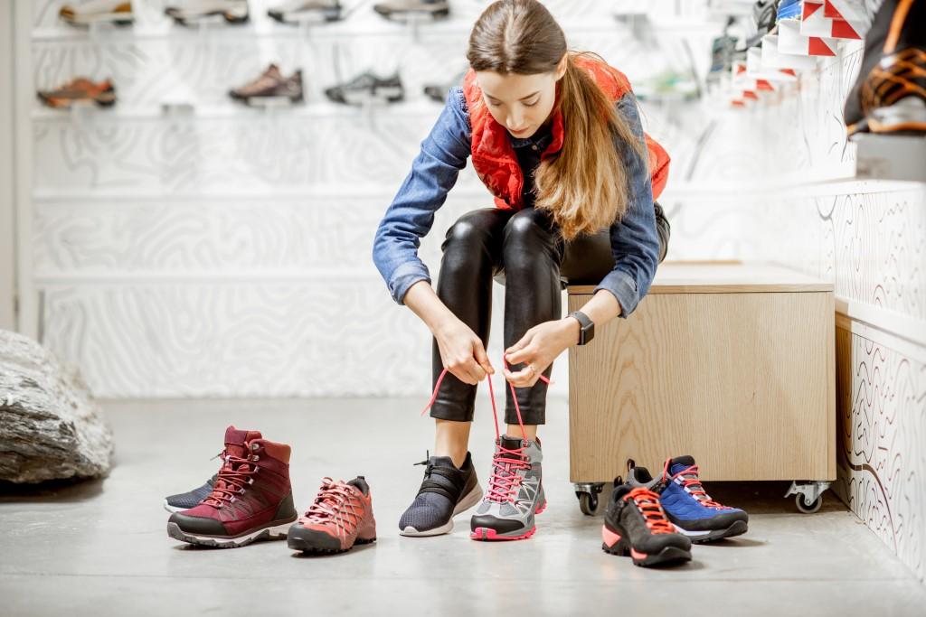 Przymierzenie butów trekkingowych