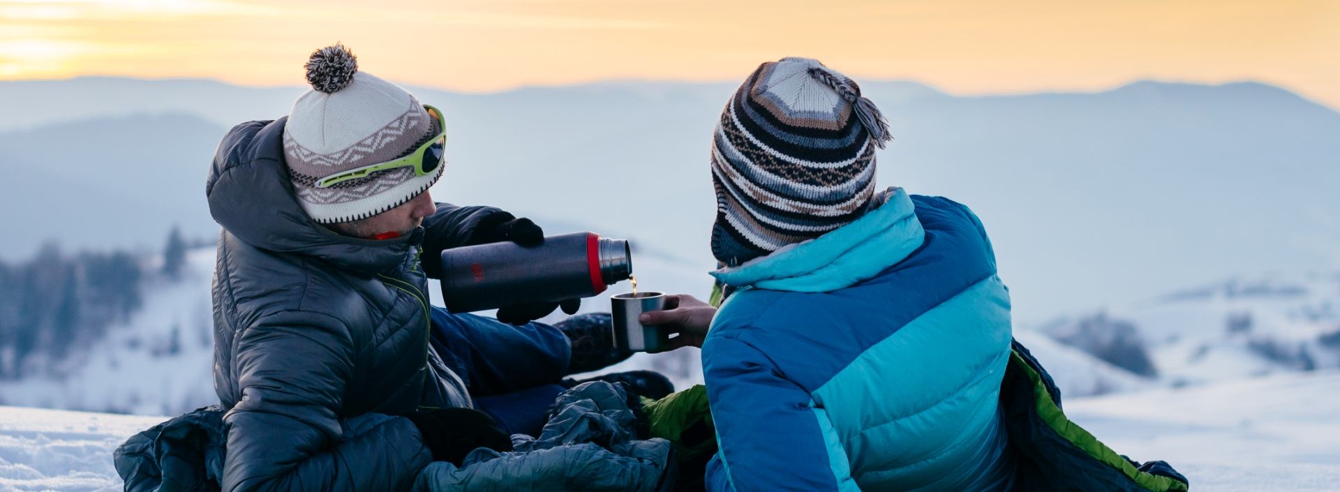 Termos turystyczny z herbatą zimą