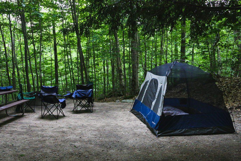 Krzesła turystyczne i namiot