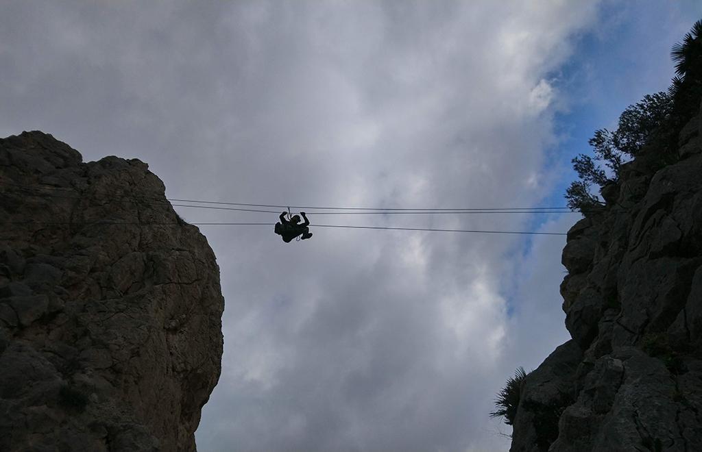 widok z dołu na mostek linowy via ferrata el chorro
