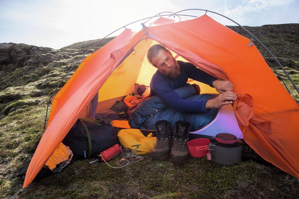 Śpiwór Deuter w namiocie