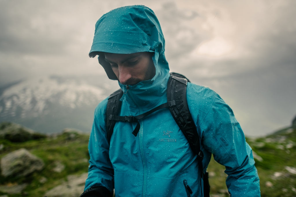 Hardshell - nieprzemakalna kurtka chroniąca przed deszczem