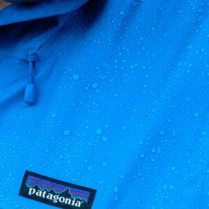 krople deszczu na kurtce, metka Patagonia
