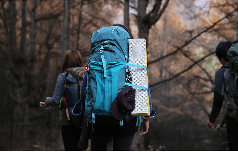 Troki pozwalają na mocowanie sprzętu na zewnątrz plecaka.