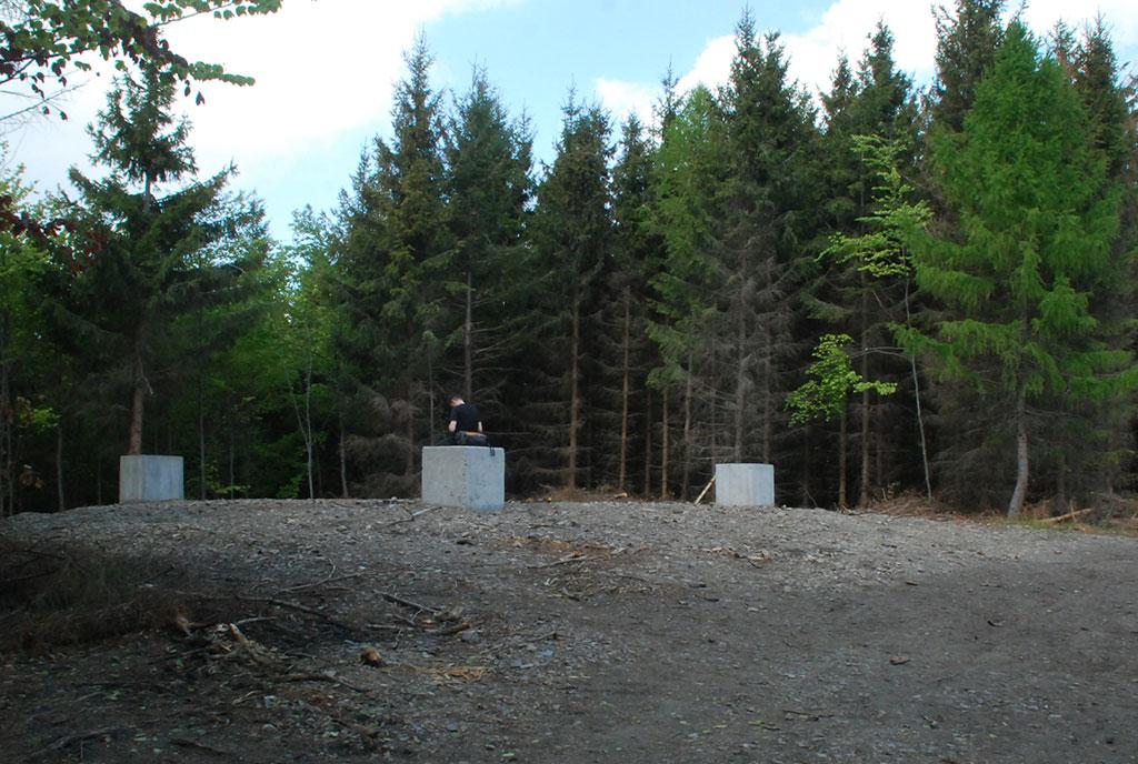 betonowe słupy pod wieżę na szczycie Kłodzkiej Góry