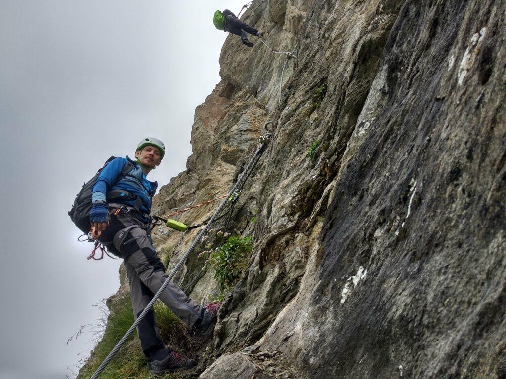 dwie osoby na skale wspinają się po drodze via ferrata