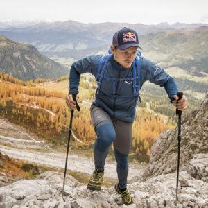 biegacz górski podpierający się kijami składanymi