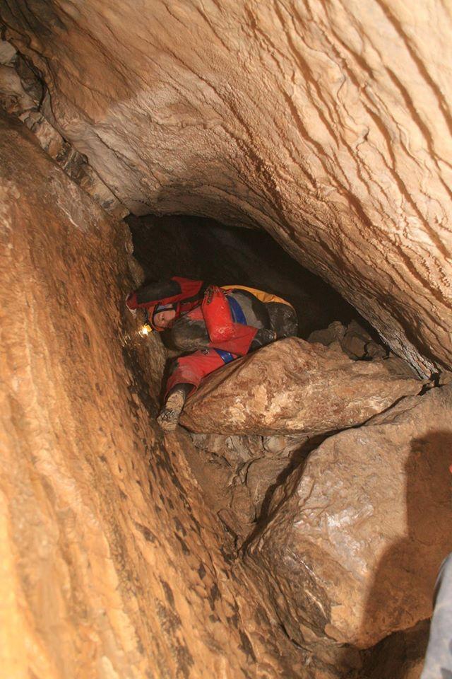 grotołaz schodzący z prożka w jaskini Czarnej