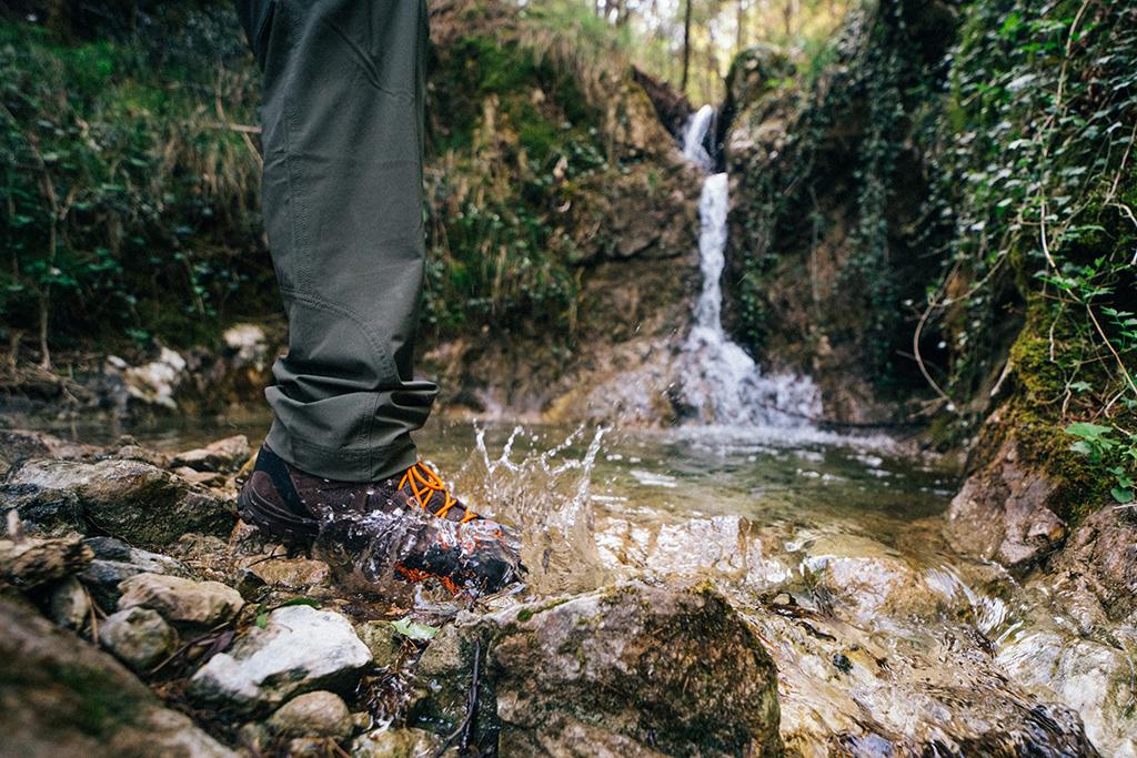 przechodzenie przez strumień w butach Aku z GORE-TEX