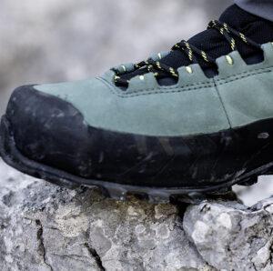 męskie buty trekkingowe LaSportiva na skalnym podłożu