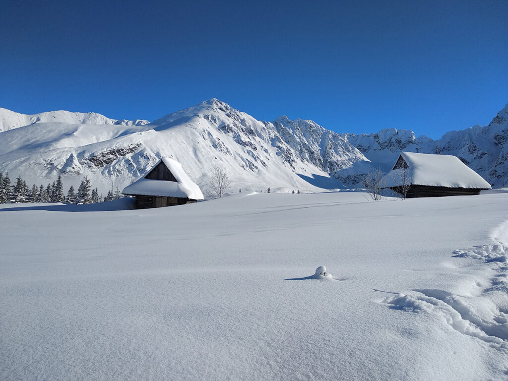 zasypane śniegiem budynki na hali gąsienicowej