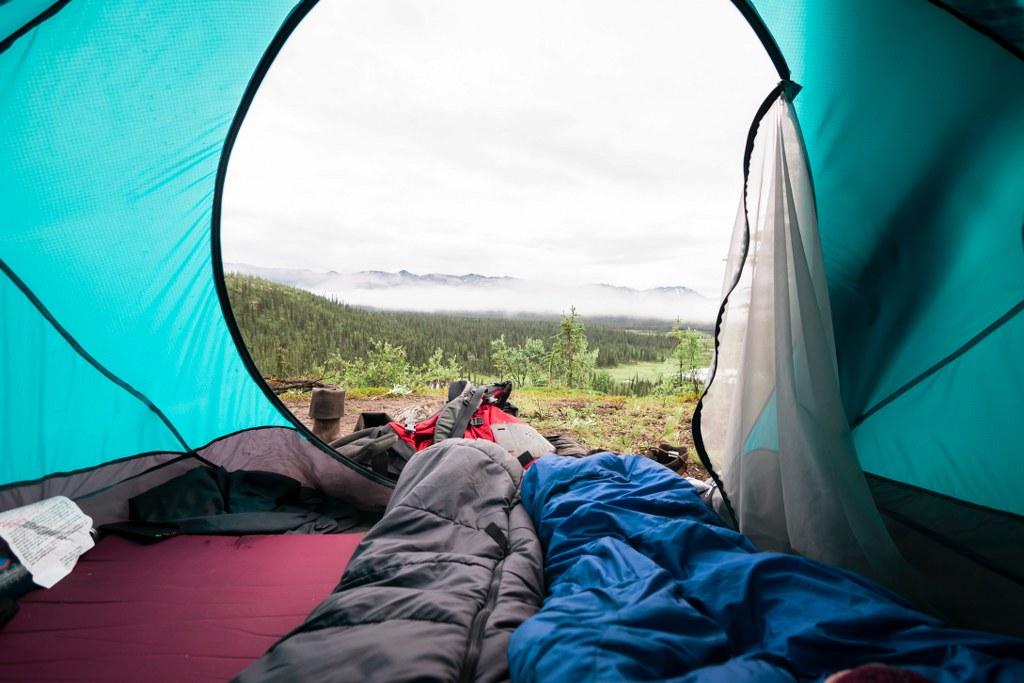 Śpiwory w namiocie