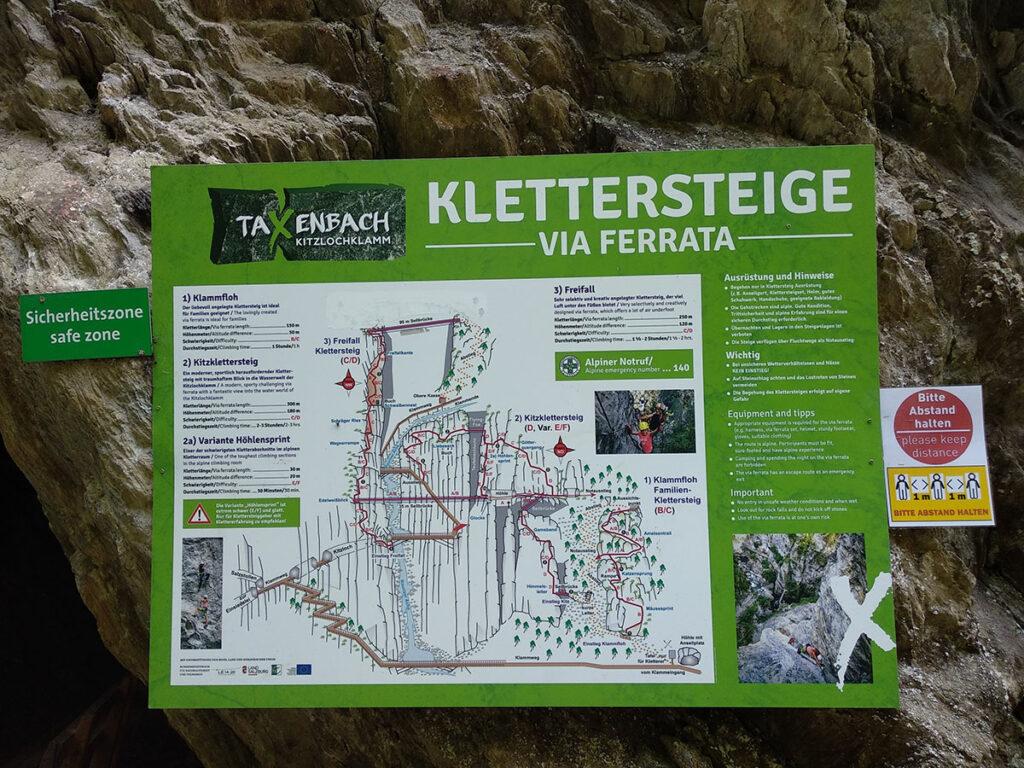 zielona tablica informacyjna z dużym napisem Kletterstiege via ferrata, na tablicy schematyczny przebieg via ferrat